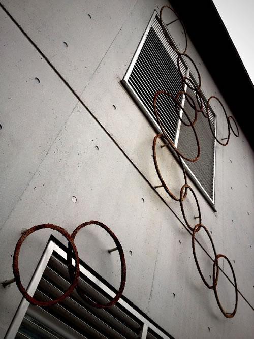 錆びた輪っかが大量に取り付けられたマンション