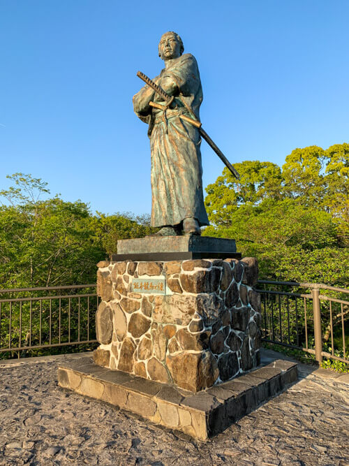 風頭公園に立つ龍馬像